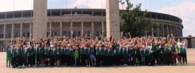 Die Teilnehmer des Camps vor dem Olympiastadion.