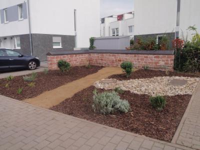Foto zur Meldung: Gemeinsam für Nauheim - Seniorenkommission und Bauhof legen Grünanlage am Feldchen an