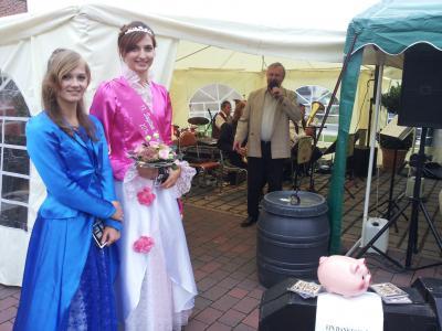 Blütenkönigin Denise I. und Justitia Elisabeth als Festgäste
