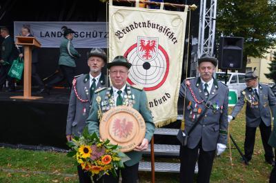 Landesschützenkönig 2014 Detlef Wolter vor dem Banner des BSB