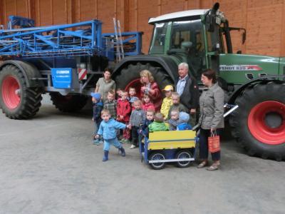 """Foto zur Meldung: Die """"Gänseblümchen"""" aus Stegelitz besuchten den Bauernhof"""