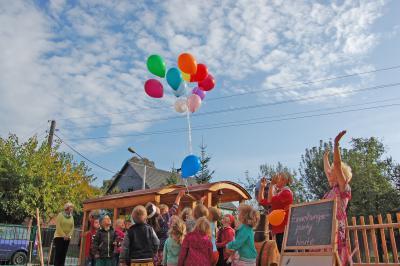 Foto zu Meldung: Kita Werchow weiht Holzeisenbahn ein
