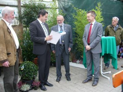 Foto zur Meldung: Kulturehrenbrief der Gemeinde in Gold und Ehrenbrief des Landes Hessen an Herrn Hartl