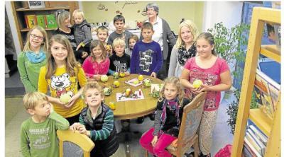 Foto zur Meldung: Kinder gestalten in der Bücherei Bilder mit Kartoffeldruck