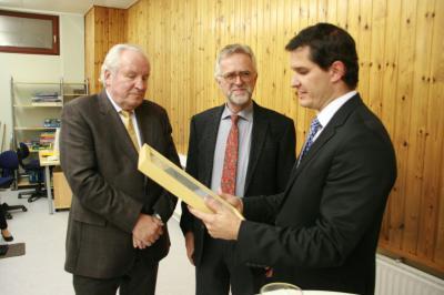 Foto zur Meldung: Gemeindebüchereileiter Klaus Meyers erhält den Bürgerpreis der Gemeinde Nauheim