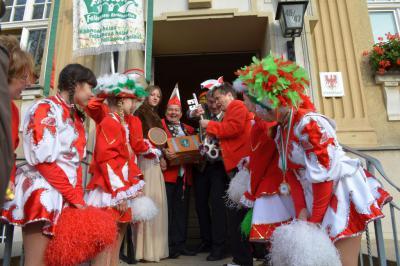 Foto zu Meldung: Falkenseer Narren erobern sich den Rathausschlüssel und feiern Karnevalsauftakt im Sitzungssaal