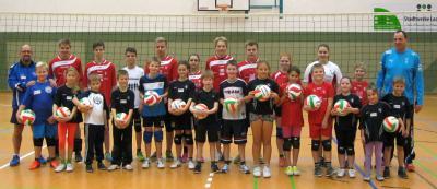 Foto zur Meldung: Kinder lernen das Volleyballspiel