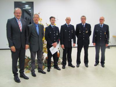 Foto zu Meldung: Wehrführer Klaus Weber aus Dichtelbach gibt Führung an Mike Alt ab