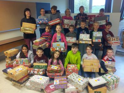 Foto zu Meldung: SCHULNACHRICHTEN - Kinder helfen Kinder - Päckchen packen für Rumänien