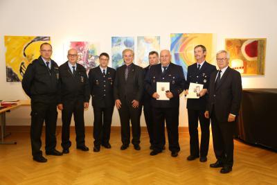 Foto zur Meldung: Landrat verleiht Goldene Feuerwehr-Ehrenzeichen
