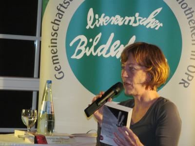 Foto zur Meldung: Breit gefächerter Bilderbogen: Gina Mayer las zum Abschluss der diesjährigen literarischen Veranstaltungsreihe in Wusterhausen