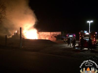 Foto zur Meldung: Brennende Strohmiete im Kraatzer Weg in Gransee