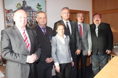 von links Landrat Wolfgang Schuster, Peter und Gertraud Freitag, Bürgermeister Bernd Heine, Hans-Jürgen Irmer und Volker Zimmerschied (1. Vors. MfK)