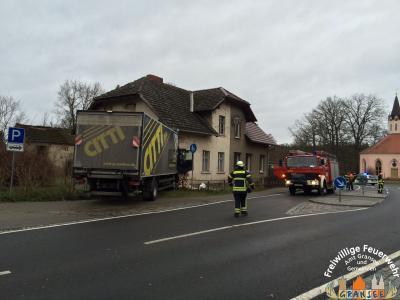 Foto zur Meldung: LKW verunfallt und fährt in Dannenwalde in ein unbewohntes Haus