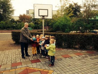 Foto zu Meldung: Engel gibt es nicht nur zu Weihnachten – Mädchen und Jungen der Kita Sonnenstrahl freuen sich auf das Spielen mit dem Basketball