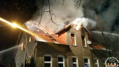 Foto zu Meldung: Dachstuhlbrand in Linde - Überörtliche Hilfe mit DLK und TLF
