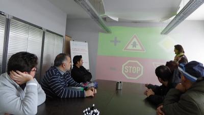 Welche Bedeutung haben die Verkehrsschilder? Welche Regeln gilt es im Straßenverkehr zu beachten? Die Stadt Maintal, der Arbeitskreis Asyl und die Dörnigheimer Fahrschule Fahrwerk Hanslik bieten ein Verkehrssicherheitstraining für Asylbewerber an.
