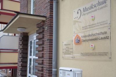 Leitung und Verwaltung der gemeinsamen Einrichtung Kreisvolkshochschule/Kreismusikschule sind bereits seit 2011 in den Räumlichkeiten der Musikschule in der Joachim-Gottschalk-Str. 22 untergebracht.