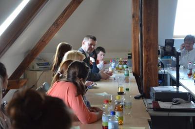 Fragen erwünscht: Landrat Siegurd Heinze im Gespräch mit Schülerinnen und Schüler beim Zukunftstag 2014.