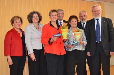 Edeltraut Funke (3. l.) und Gabriele Steidl (5. l.) freuten sich über den Havelländischen Frauenpreis, mit ihnen: Manuela Vollbrecht (1.l.), Heiko Müller (4.l.), Ronald Seeger (2.r.), Almuth Hartwig-Tiedt u. Dr. Burkhard Schröder.