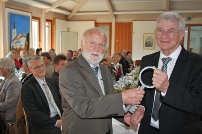 Foto zur Meldung: Große Ehre für Hans Schmid zum Abschied