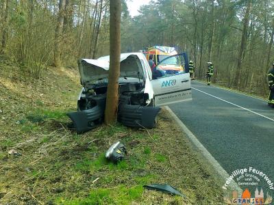 Foto zur Meldung: VW Caddy prallt frontal gegen einen Baum - Fahrer wurde verletzt