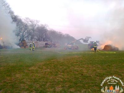 Foto zur Meldung: Strohmiete auf einem Feld bei Buberow brannte
