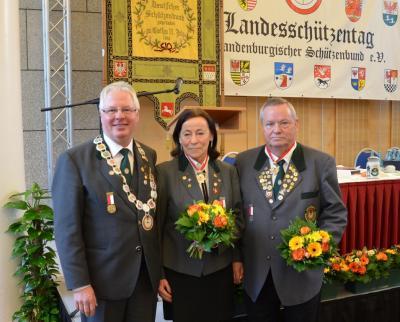 Der Präsident des BSB, Rainer Wickidal (links) ehrte Helga Müller und Wolfgang Regel mit dem Präsidentenorden am Halsband