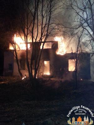 Foto zur Meldung: Leerstehendes Gebäude bei Dannenwalde ausgebrannt