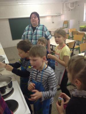 Foto zu Meldung: Eierfärben der Klasse 1b
