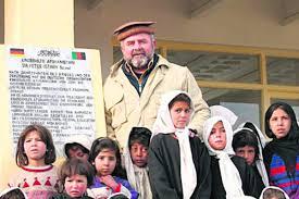 Dr. Reinhard Erös bei seinen Schützlingen