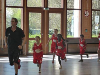 Foto zur Meldung: Basketball AG bekommt Besuch und erhält neue Trikots