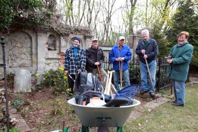 Bild der Meldung: Helfer auf dem historischen Friedhof
