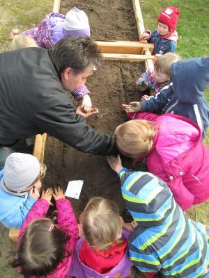 Foto zur Meldung: Flecken Zechliner AWO-Kita Kinder bepflanzen ihr neues Hochbeet