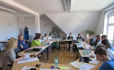 """Foto zur Meldung: Schulbank gegen Landratsamt oder: """"Hat ein Landrat auch mal Freizeit?"""""""