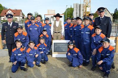 Foto zur Meldung: Glänzende Metallkapsel ins Fundament versenkt - Neubau der Feuer- und Rettungswache wurde mit Grundsteinlegung gefeiert