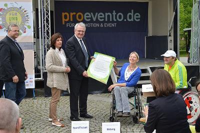 Rainer Wieland, Vizepräsident des EU-Parlaments  (3.l.), nahm ihm Beisein der SVV-Vorsitzenden Barbara Richstein (2.l.) das Forderungspapier von der Vorsitzenden des Beirats zur Teilhabe von Menschen mit Behinderung Silke Boll (3.v.r.), entgegen.