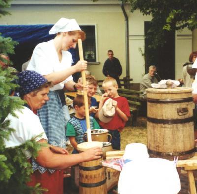 Foto zur Meldung: Kartoffelfest im Kolonistenhof Großderschau