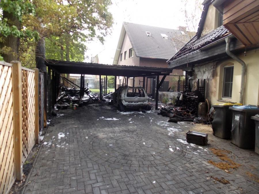 mit 40 einsatzkr ften vor ort auto carport schuppen und dachstuhl brannten in. Black Bedroom Furniture Sets. Home Design Ideas