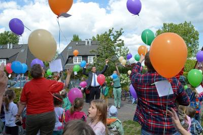 Foto zu Meldung: Drei testeten den Wind, dann durften alle losschweben: 2396 Luftballons stiegen bei beliebter Aktion in den Falkenseer Himmel