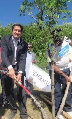 """Foto zu Meldung: Pflanzaktion """"Baum des Jahres"""" stand im Zeichen des friedlichen Miteinanders von Menschen und Kulturen"""