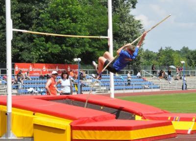 Conrad Kriebisch während seines Stabhochsprung- Wettkampfes mit neuer Bestleistung (2,80 m)