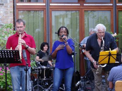 """Foto zur Meldung: Wilson de Oliveira mit Topmusikern bei """"Live im Hof"""""""