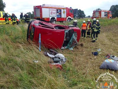 Foto zur Meldung: Verkehrsunfall zwischen PKW und Kleintransporter - PKW liegt auf der Seite, 2 Verletzte