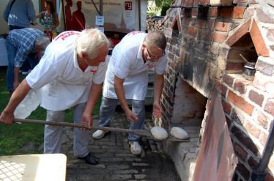 Foto zu Meldung: Dampfend frisches Brot und leckerer Kuchen - Backofenfest lädt wieder ein am 13. September 2015