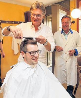 Mit Spaß bei der guten Sache: Sebastian Leikheim, Peter Escher und Peter Müller (v.l.) im Friseursalon. Foto: Mario Jahn