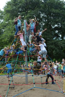 Foto zu Meldung: Neue Seilpyramide für Grundschule durch Sponsorenlauf, Spenden und Stadtverwaltung finanziert
