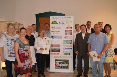 Viele der insgesamt 20 Sponsoren des Autos waren auf Einladung von Bürgermeister Heiko Müller gekommen, um den Wagen und ihren Firmenaufdruck darauf zu betrachten.