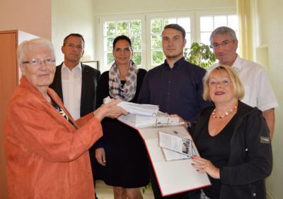 Dr. Margot Kleinert (links) und Ingrid Junge (rechts) vom Seniorenbeirat übergaben die vielen Unterschriftenlisten an Wahlleiter Sebastian Pioch (4. v.l.) im Beisein der Beigeordneten Thomas Zylla (2.v.l.) und Ines Jesse sowie Bürgermeister Heiko Müller.