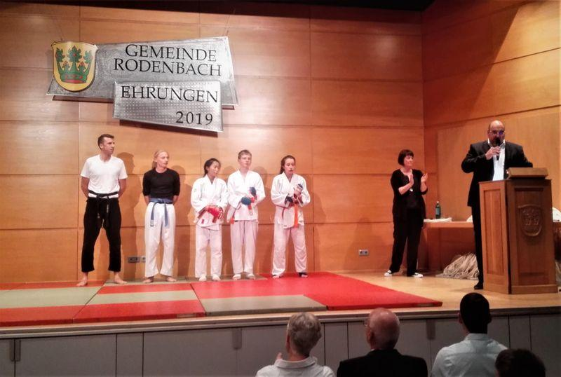 Evelyn Wong, Leo Dworak und Kaitlyn Sanders nach ihrem Kampf; hier mit ihren Trainern Jerome Helzel und Michael Dirks.